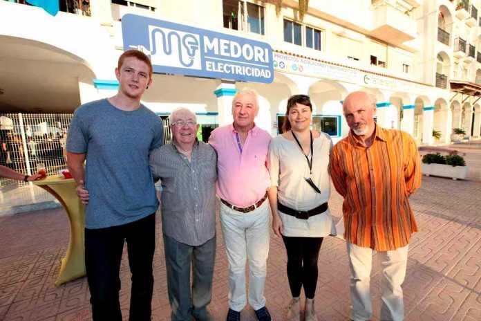 Javier, Ricardo y Juanjo Medori, junto a Elena Sánchez y Sergio Pera frente a Medori Electricidad. RUBÉN E. IBÁÑEZ