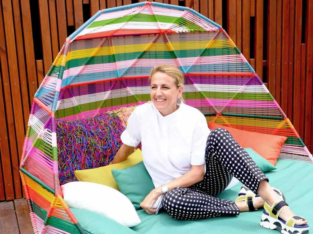 La famosa arquitecta, interiorista y diseñadora en uno de los sofás que ha diseñado para el espacio 'Terrace' en Heart Ibiza.