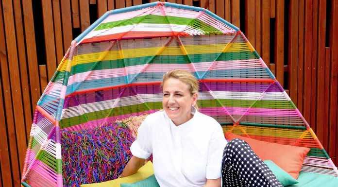 [:es]La famosa arquitecta, interiorista y diseñadora en uno de los sofás que ha diseñado para el espacio 'Terrace' en Heart Ibiza.[:]