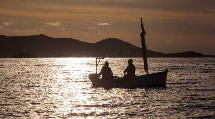Dos pescadores en un 'llaüt' practican la pesca con potera de calamares. VICENT MARÍ