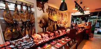 Gran variedad de embutidos ibéricos en el establecimiento de Ibiza. RUBÉN E. IBÁÑEZ