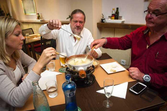 Los comensales degustan la 'fondue' de queso de Can Rolf. SERGIO G. CAÑIZARES