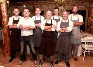 El chef Edwin Vinke del Restaurant & Suites Krommer posa con su equipo de cocina en el agroturismo Estarte. RUBÉN E. IBÁÑEZ