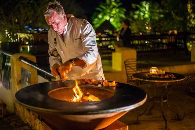 El chef Ron Blaaw prepara una de sus creaciones en una barbacoa de especial diseño.