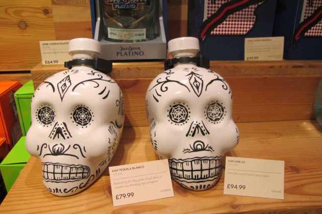 Dos originales calaveras de tequila. JUAN SUAREZ Y J.V.B.