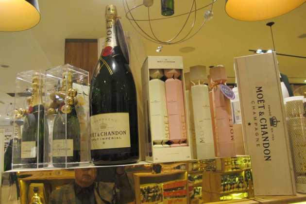 Los champanes presentan exclusivos envases y formatos navideños. JUAN SUAREZ Y J.V.B.