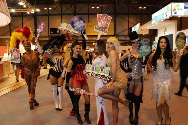 Las bailarinas del espectáculo Coco Bongo en el estand.