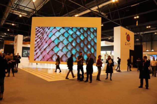 Las pantallas gigantes de video forman ya parte del paisaje de la Feria.