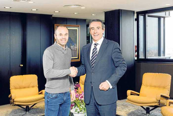 El futbolista Andrés Iniesta y el director general de Negocio de CaixaBank, Juan Alcaraz.