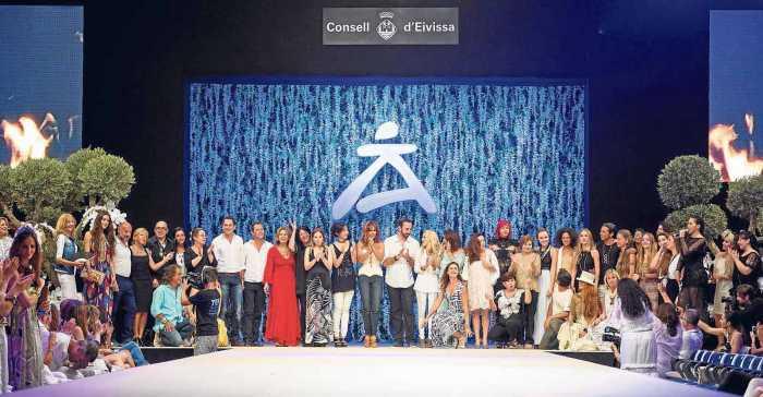 Foto de familia de todos los diseñadores sobre el escenario.