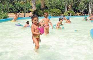 Libre diversión en la piscina infantil.