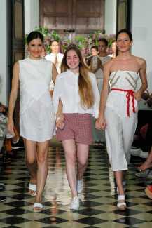 La ganadora, con dos modelos.
