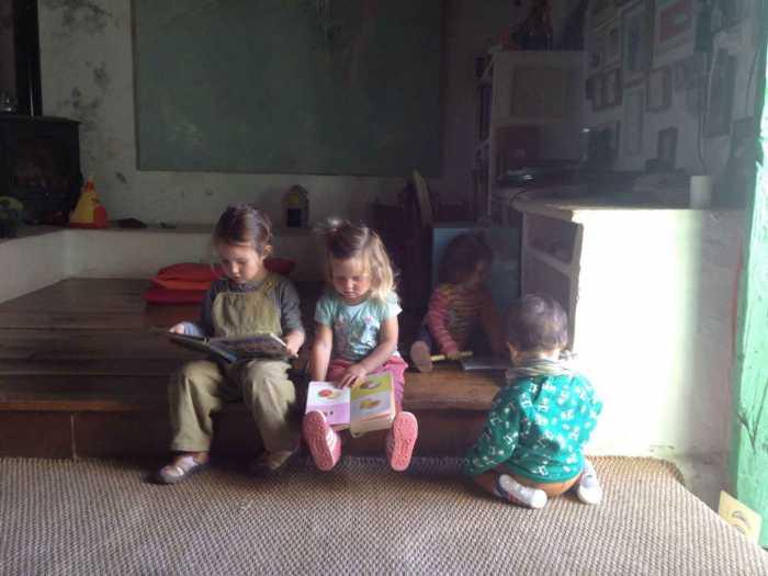 El juego y aprendizaje libre forma parte de la rutina de una madre día.