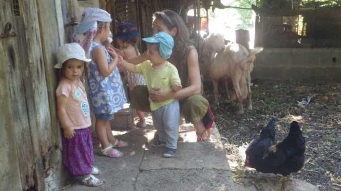 Los niños cantan y dan de comer a los animales en la casa de Sandra Vericat.