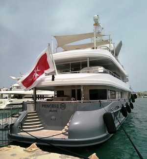El megayate está atracado en al zona del puerto de Ibiza
