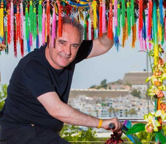 Ferran Adrià en una simpática imagen sobre una bicicleta de la decoración de la terraza de Heart Ibiza. AISHA BONET