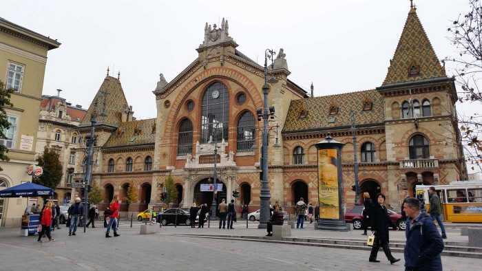 Vista frontal de la fachada del Mercado Central de Budapest.