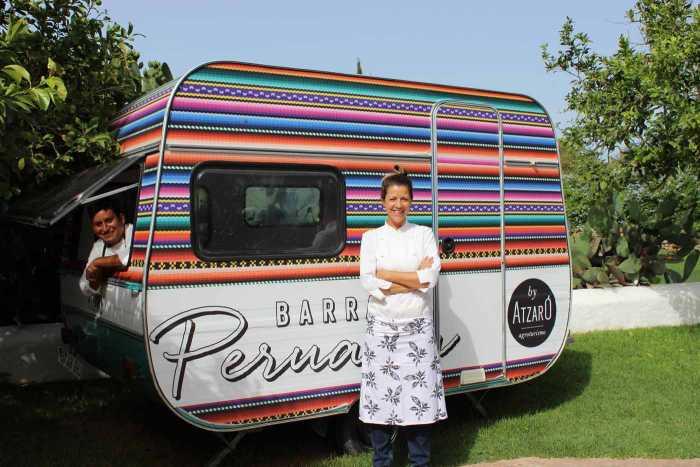 Lucía Ferrer, chef ejecutiva de Atzaró, con Omar, el cocinero peruano. ATZARÓ