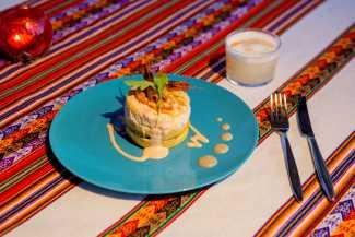 Causa amarilla de cangrejo y mango con salsa cóctel. ANITA DE AUSTRIA