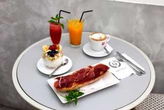 Completos desayunos. R.E.I.