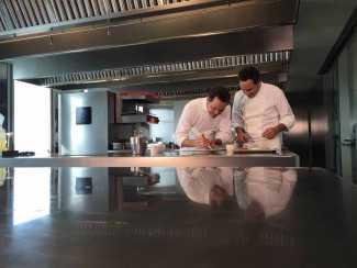 Los gemelos son unos apasionados de la cocina de vanguardia y de la naturaleza que elaboran en su restaurante 'Dos Cielos'.