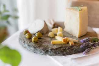 Una estación de quesos artesanales.