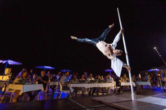 Un espectáculo de 'pole dance' durante la cena.