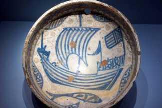 Plato de cerámica islámica malagueña del siglo XIII en el Pergamonmuseum de Berlín.