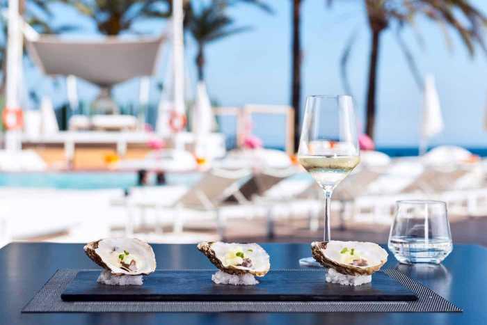 Cuidada presentación de las ostras. THE OYSTER & CAVIAR BAR