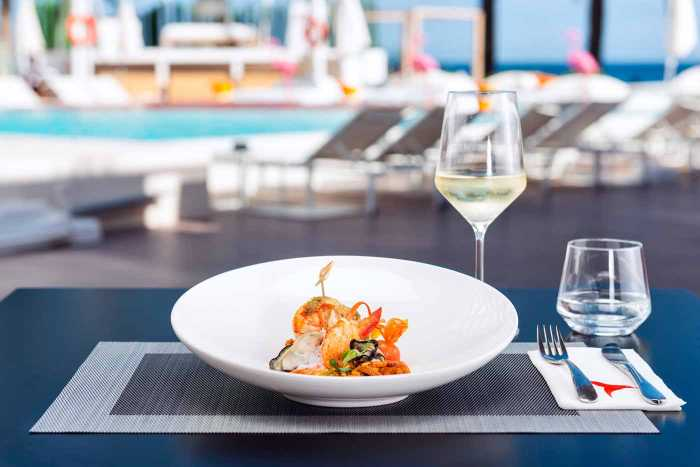 Una variedad de platos del mar.