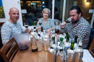 Javier Escandell, en una cata de un concurso de vinos en Sant Jordi. SERGIO G. CAÑIZARES