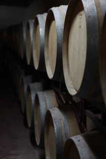 Barriles de vino en la bodega de Can Rich.
