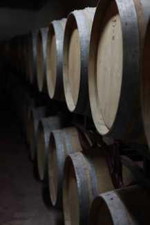 Barriles de vino en la bodega de Can Rich.
