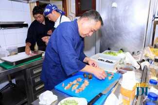 El chef Keiji elaborando el menú especial.