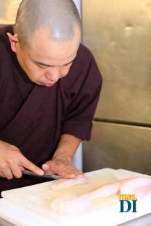 La técnica edomae del corte del pescado requiere de una gran precisión y cuchillos japoneses especiales.