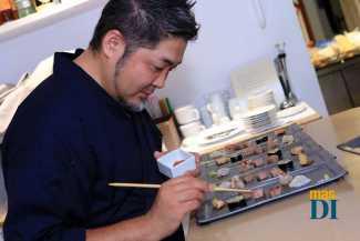 Últimos retoques de una 'pintura' de sushi.