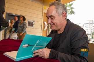 Adrià firma su libro a los restauradores ibicencos