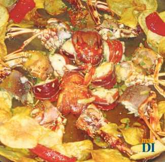 Langosta frita con ajos, patatas y huevos