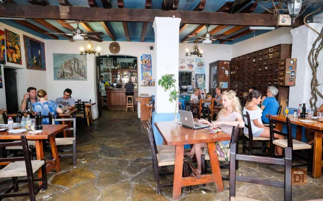 Ca n'Anneta. La mítica terraza del establecimiento, también conocido como Bar Anita.