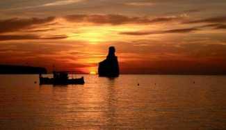 Elements ibiza beach club. En la playa de Benirràs se contempla una de las puestas de sol más espectaculares de la isla.
