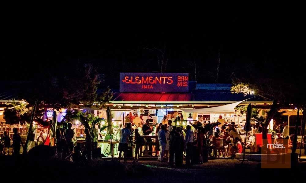 El beach club Elements Ibiza ofrece el mejor ambiente también durante la noche.