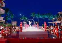 Vista del escenario de moda al caer la noche y con la luna llena al fondo impregnando de magia y color el evento.