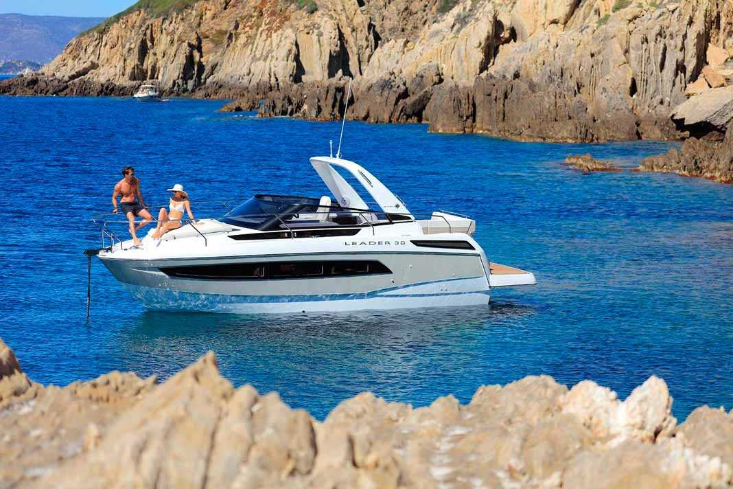 Leader 30. La bañera, con un diseño moderno y lujoso, está estudiada para la comodidad de la vida a bordo. Náutica Ereso