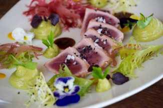 El rico tataki de atún de All Ibiza. SERGIO G. CAÑIZARES