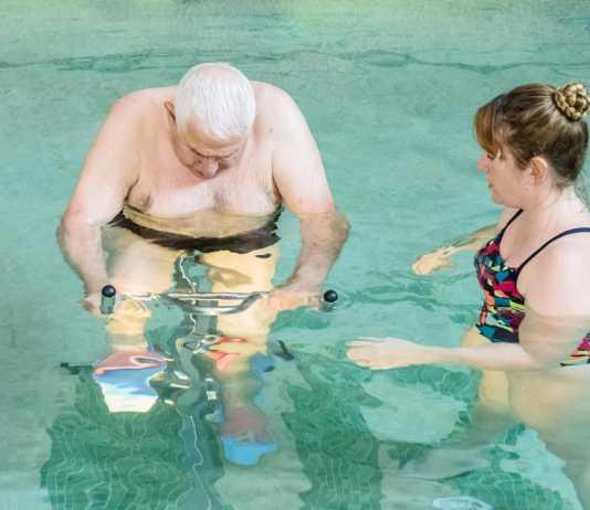 Sa Residència. Ejercicios en bicicleta dentro del agua para mejorar la masa muscular, el equilibrio y la estabilidad.