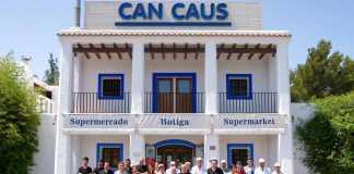 El equipo de Can Caus y Companatge ante el restaurante.