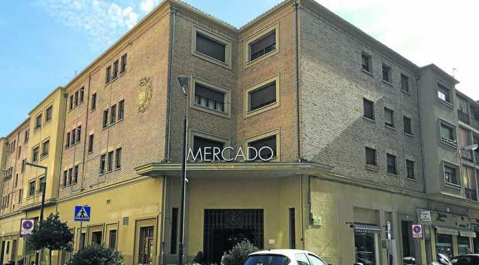 El mercado de Pamplona del Segundo Ensanche reúne cerca de 70 puestos con un denominador común: producto de la tierra.