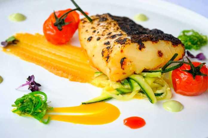 Restaurante Hotel Xereca. Bacalao negro con miso, emulsion de aqlgas, cherry y fruta de la pasion