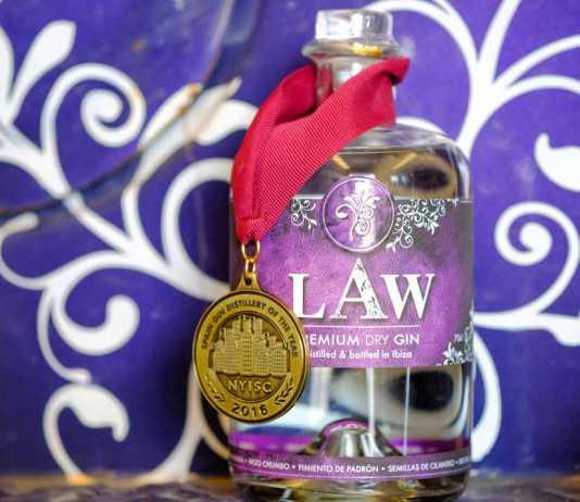 Ginebra LAW luce su medalla lograda en Nueva York.