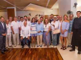 Foto de familia de los miembros de la Academia de Gastronomía de Ibiza y Formentera con Raúl Sierra y el chef Óscar Molina en el restaurante La Gaia.